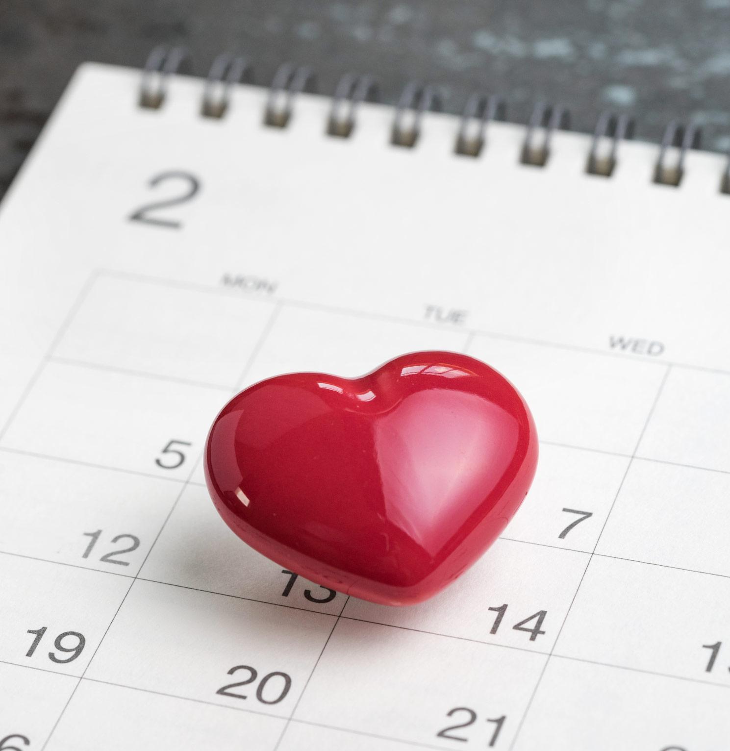 Punainen sydän kuukupin käyttäjän kalenterin päällä